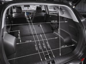 На фотографии представлены всевозможные размеры багажного отделения Хендай Туссана 2016 года выпуска