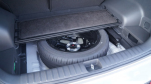Полноразмерное запасное колесо в багажнике Туссана