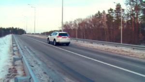 Toyota Rav4 на дороге. Вид сзади