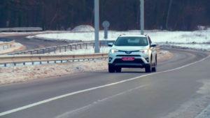Toyota Rav4 на дороге. Вид спереди
